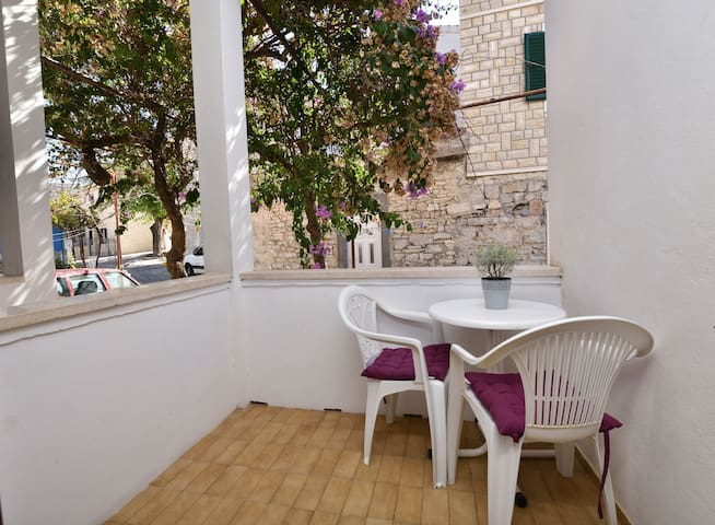 Room, 100m from city center, seaside in Primosten, Balcony