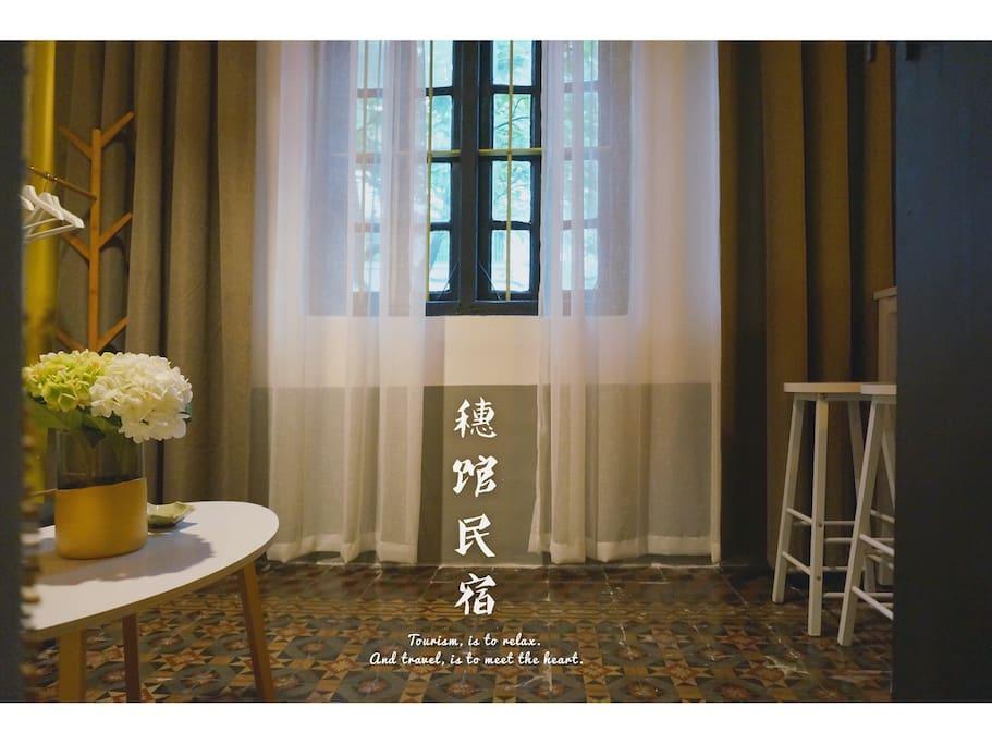 客厅拥有3个传统大木窗,客观绿植可望街景.