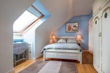 Queen size bed en-suite