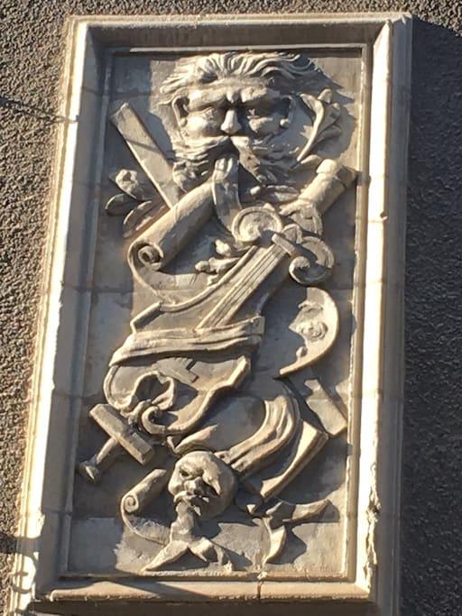 Egérie des arts, bas relief en façade sur rue