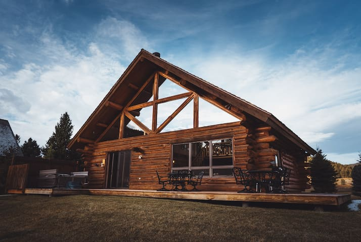 Comfy and Sleeps 12! Gallatin River Fishing Cabin