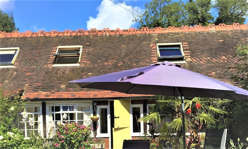 Courtyard Garden Cottage  - 15 mins to Gatwick