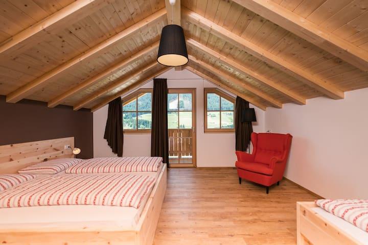 Schlafzimmer Nr 1 mit wunderbar duftenden Zirmholzmöbeln