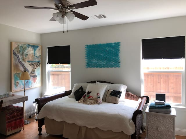 Room for 2 in Artists' Home/White Rock Lake area