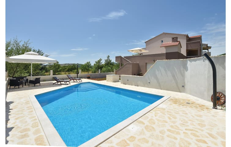 Holiday cottage with 4 bedrooms on 195 m²