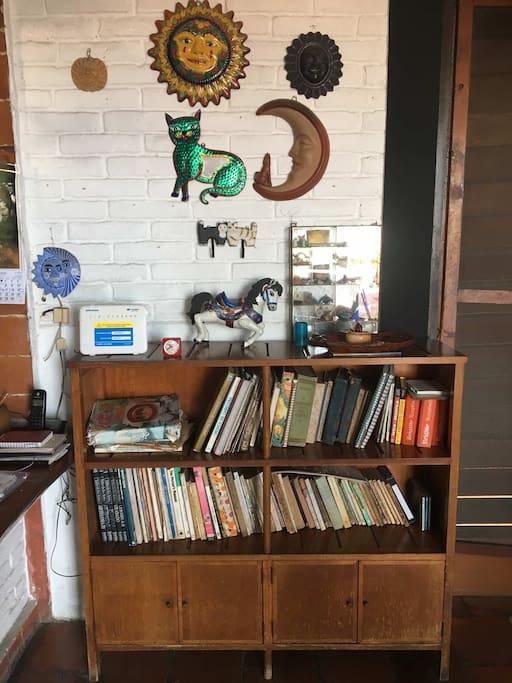 Librero del comedor con recetas
