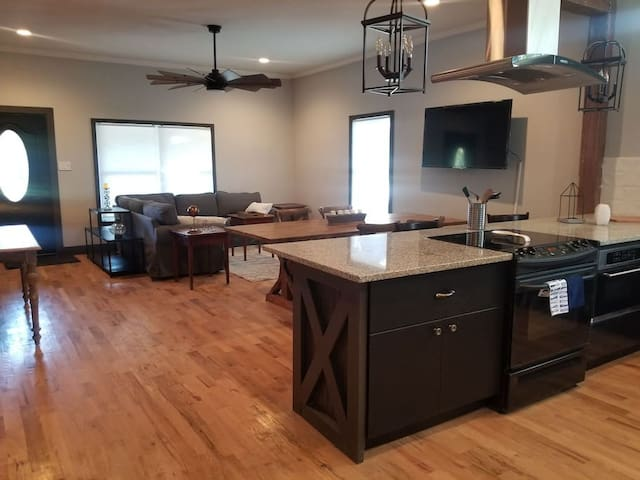 Renovated 1920's cottage in DT Round Rock