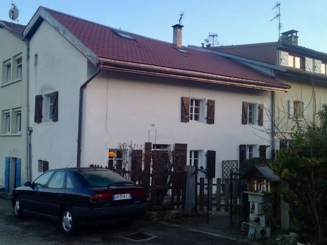 Top floor in a charming house close to Geneva - Ornex - Maison