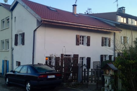 Top floor in a charming house close to Geneva - Ornex - 独立屋