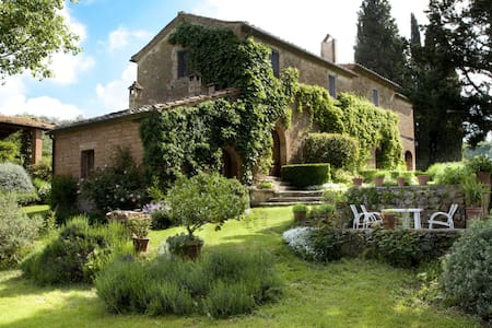 Family farmhouse in central Tuscany - Montisi
