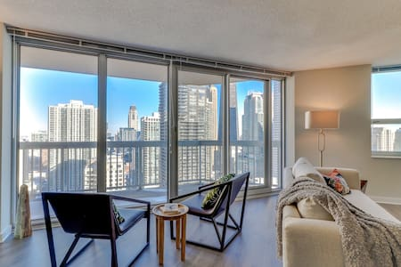 Enjoy city & lake views from this suite w/ shared pool, gym, sauna, & basketball
