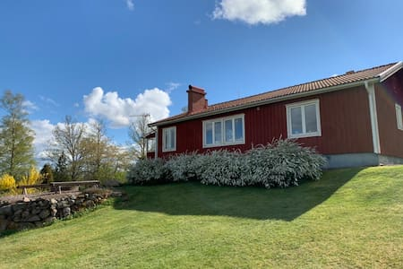 Modernt hus vid Astrid Lindgrens Bullerbyn