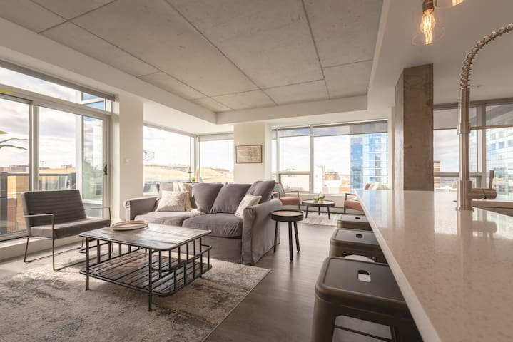 Downtown Luxury Penthouse - Sunny + Modern