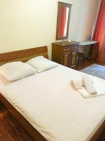 Шикарная новая двухспальная кровать с белоснежным бельем