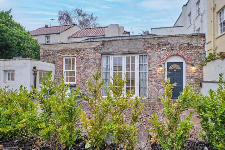 Very special, charming cottage in Clifton Village