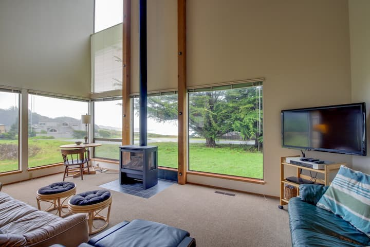 Bright, dog-friendly home near Black Point Beach and the lodge w/ shared pool