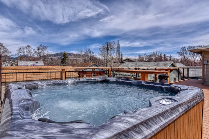 Downtown One Bedroom - Hot Tub and Deck - Sleeps 4