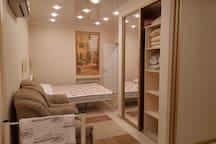 Есть два шкафа: в спальне и такой-же в коридоре