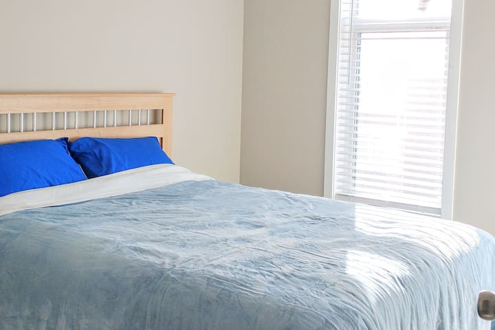Room B Sunny New Home, Close to Airport, Highway