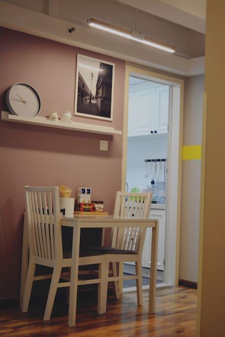 用餐区配有可以伸缩餐桌,用餐人数较多时候可以拉出另一部分,增加使用面积放下更多菜品。