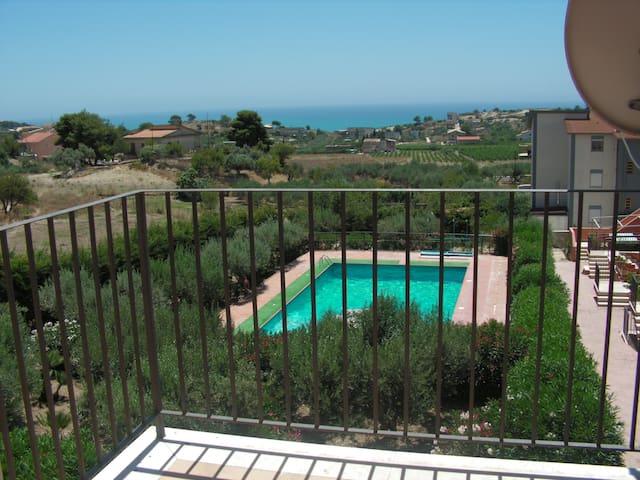 Appartamento vista mare in residence con piscina