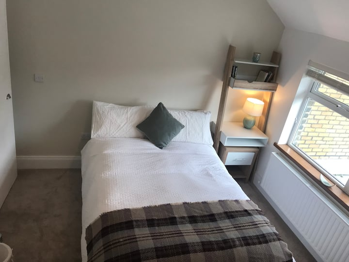 Lovely Big Room (w/private en suite &WiFi) in City