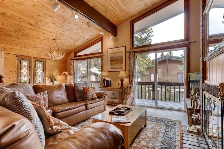 Walk to Golden Peak lifts and Ski School. Vaulted Ceilings, Wood Fireplace | All Seasons C2