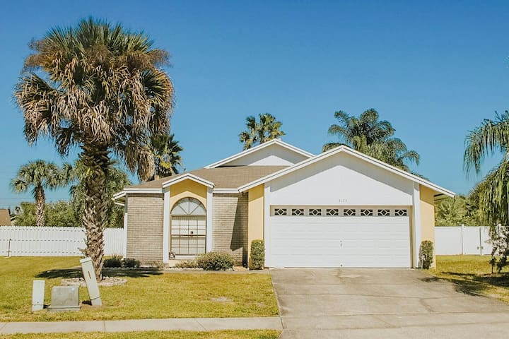 Fully equipped home just 4 miles away from DISNEY!
