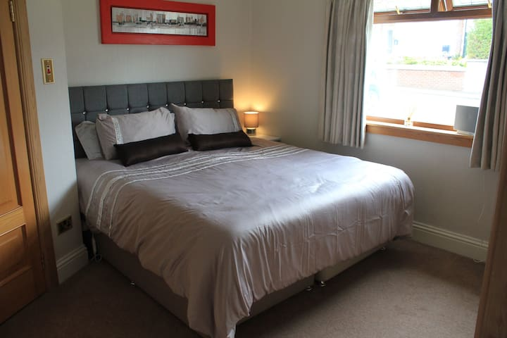Cosy bedroom with en-suite in Kirkintilloch
