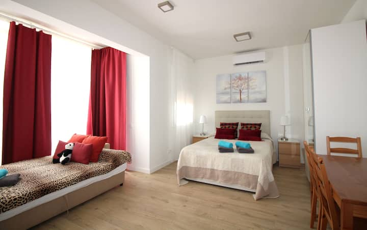 Amplia y bien decorada habitación con balcón