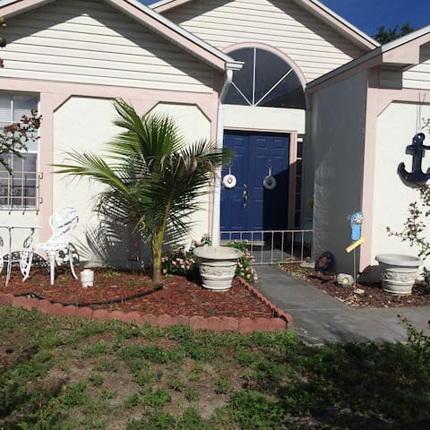 Calderon Cottage Clubhouse close to Beaches & IMG