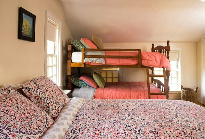 Queen bed with twin bunk beds
