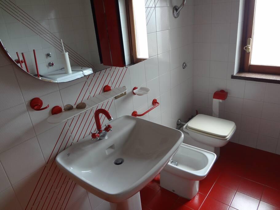 bagno ROSSO - Secondo piano (condiviso)