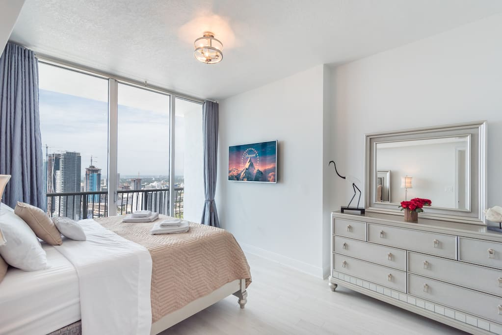 Deluxe bedroom with a great city view