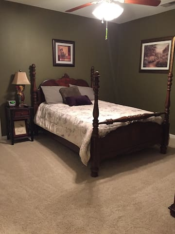 Stacey's place.  Full bed w/bath - Woodstock - Casa