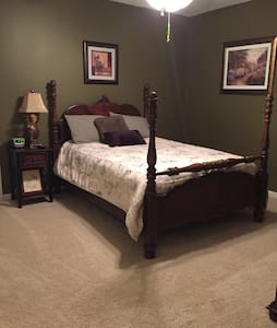 Stacey's place.  Full bed w/bath - Woodstock - Hus