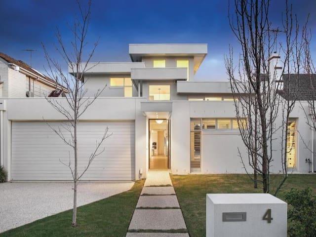 4 bedroom modern house with pool - Glen Iris - บ้าน