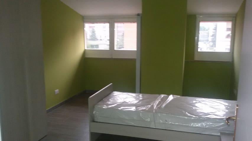 Camera in appartamento in villa (piano mansardato)