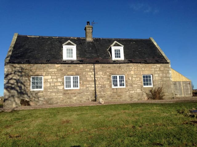 Private refurbished cottage on friendly farm - Highland - Maison
