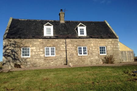 Private refurbished cottage on friendly farm - Highland - Casa