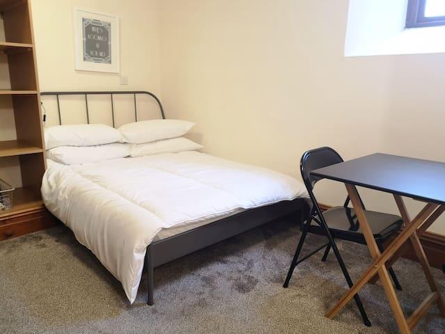 Warren and Amanda's studio flat 5 - sleeps 2