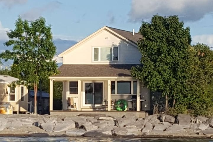 Cute, Quiet, Lake House on Lake Ontario.