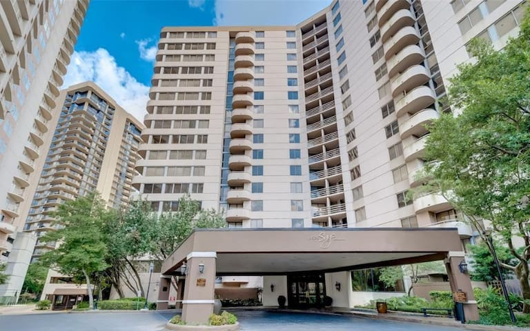 Galleria Condo - Pool View, Cozy, Free Parking