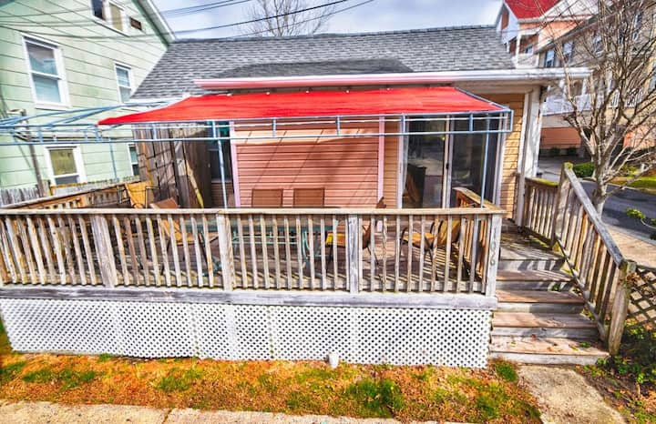 3 Br oceanblock cottage -Walk to beach and boards!