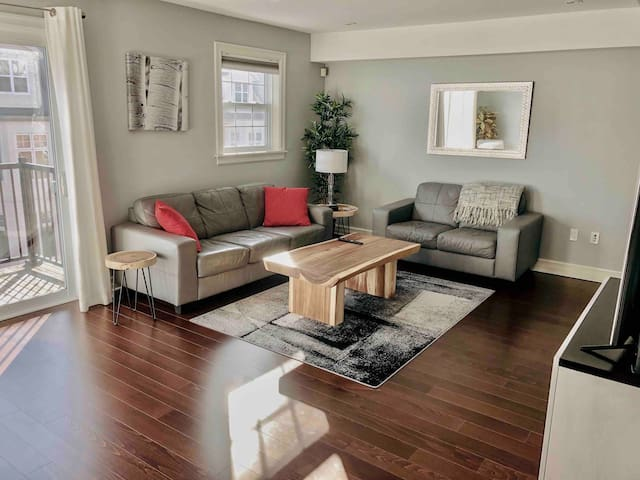 Spacious 2 Level Condo - Edge of Downtown, AC