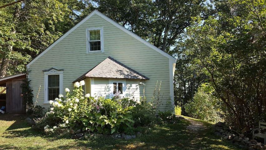 Antique Maine Cottage Near Coast