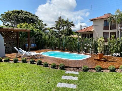 Aconchegante casa 2 de madeira com piscina.