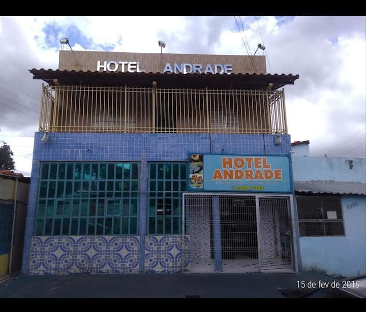 Quarto aconchegante de hotel.
