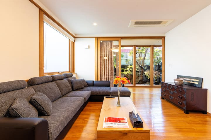 Spacious living room with high ceiling height. Even if it comes with a large number of people it is quite stress-free.