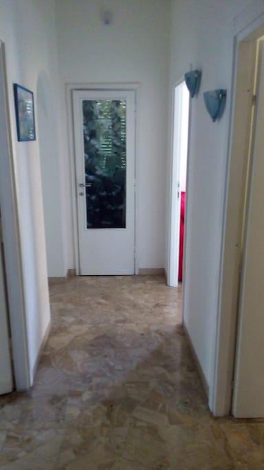 Corridoio di ingresso. Sulla destra c'è la cameretta e poi il salone. Sulla sinistra la camera da letto e poi un piccolo corridoio su cui si affacciano il bagno e la cucina. Di fronte un piccolo stanzino che funge da dispensa.